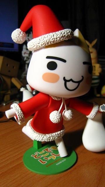 白色的TORO配上聖誕節服裝還蠻搭的
