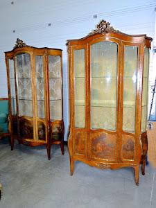 Красивая пара витрин с ручной росписью 19-й век. роспись, бронзовый декор, пять стёкол, одна дверка.116/43/205 см. 20000 евро.