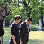 Karvalics Helga, a kiemelt társadalmi ügyekért felelős helyettes államtitkár főosztályvezetője, és az oszályvezető, Alexov Predrag fejet hajtanak a síremlék előtt