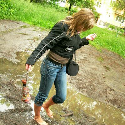 """Маша: """"Барахтаться в грязи - это с детства! А тут еще босыми ногами такую теплую, вязкую грязюку мешать... Одно удовольствие!"""""""