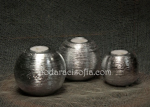 Метални свещници със сферична форма. МОдерен аксесоар за дома.