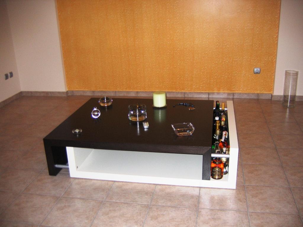 (Κωδ: 1011) Τραπέζι σαλονιού λάκα και Βέγγε με υποδοχή για ποτά ή  περιοδικά