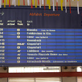 Odjezdová tabule na nádraží ve Villachu