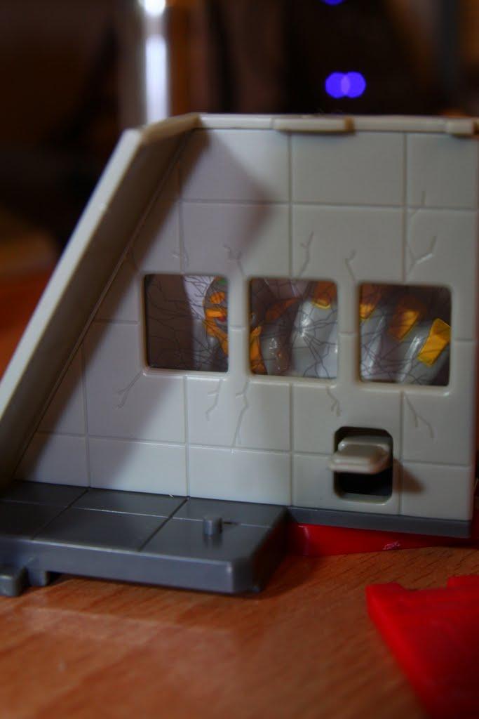 這張可以隱約看的出來面有隻EVA 是零號機 原作中啟動試驗時發生意外 這邊我覺得很有巧思 善用大小物件造就遠近的錯覺 本組小機關~不爽在打牆壁的零號機