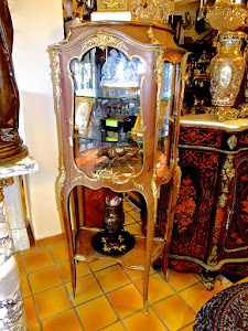 Изумительная витрина на длинных ножках 19-й век. Палисандр, резная позолоченная бронза. Одна дверка.