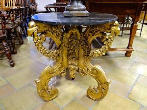Стол с мраморной столешницей 18-й век. Мрамор, резьба, позолота. 58/70 см. 4500 евро.