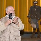 Soirée Goulag_5_André SUGNAUX_Artiste-peintre fribourgeois devant des habits de prisonniers du goulag.JPG