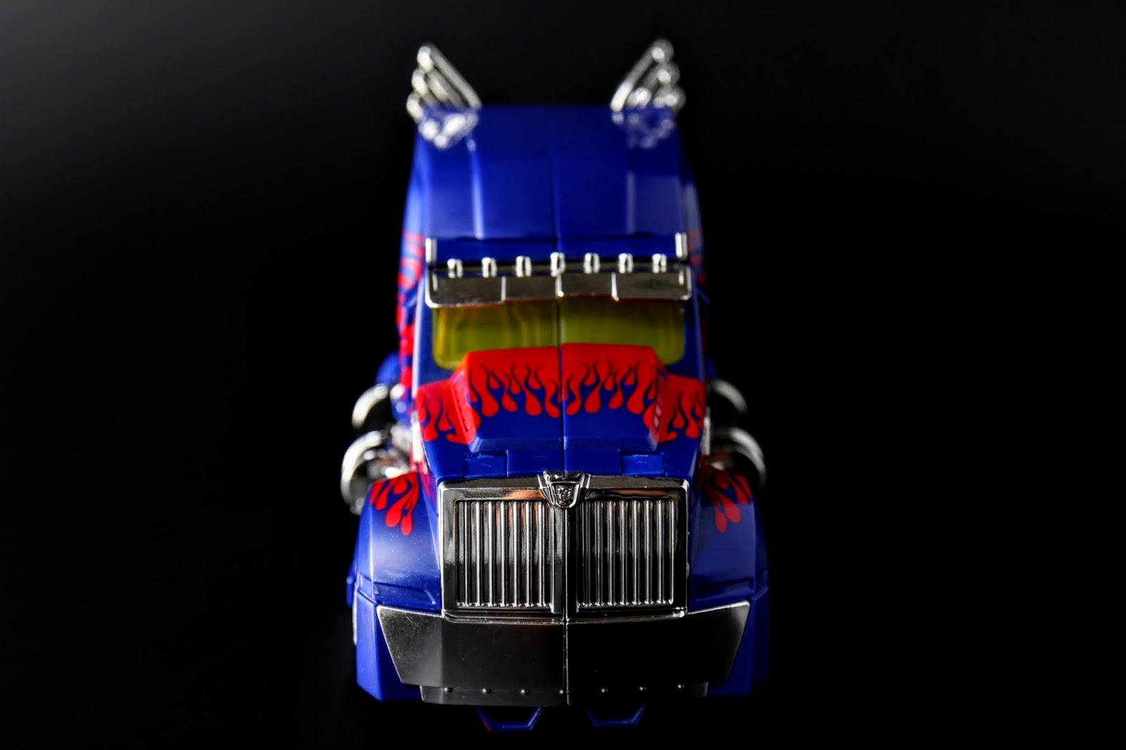 這讓我想起07年電影第一級的第一款OP,也是完美車型悲慘人形
