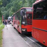 Logistická operace kulový blesk začíná - celý tábor (cca 800 lidí) se nakládá do 14 autobusů a míří do Villachu na speciální vlak