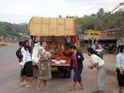Za male budističke hramove po selima milostinja se prikuplja na ovaj način: monah i jedan pomagač koji nije monah sede u otvorenom kamionetu, a ljudi, žene uglavnom, iznose milostinju. Monah im čita molitvu i daje neki zapis, koji dobrotvori uzimaju…