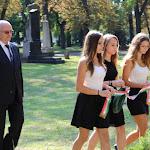 A gimnázium diákjai és igazgatója elhelyezik az emlékezés koszorúját