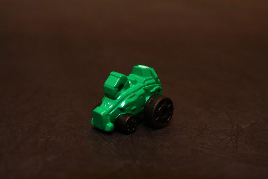 豪快賽車??! 說實在話 我只能從他是四顆輪子判斷它應該是台車 是豪快綠的座機 豪快綠在這次根本是搞笑役 本機為左手組件
