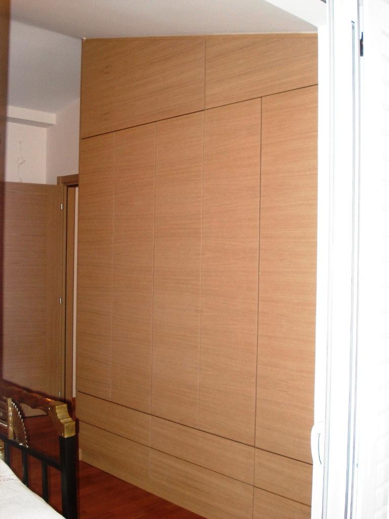 (Κωδ 4005) Μία ντουλάπα για σοφίτα από δρυς με οριζόντια νερά. τα άνω πορτάκια με ανάκληση για εύκολη τοποθέτηση μεγάλων αντικειμένων.