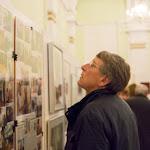 A kiállítás szemlélője