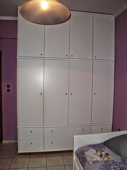 (Κωδ 4017) Ντουλάπα σε εφηβικό δωμάτιο.Χρώμα σπασμένο λευκό.