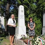 Novák Mónika, a Czuczor Gergely Alapiskola igazgatónője és helyettese, Krošlák Olga a felújított sírhelynél