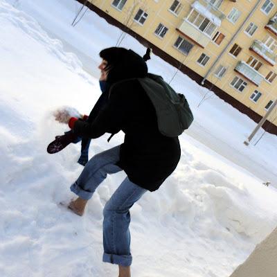 На меня очумело смотрят два парня. Босая девка выплясывает на снегу и никакой обуви рядом!