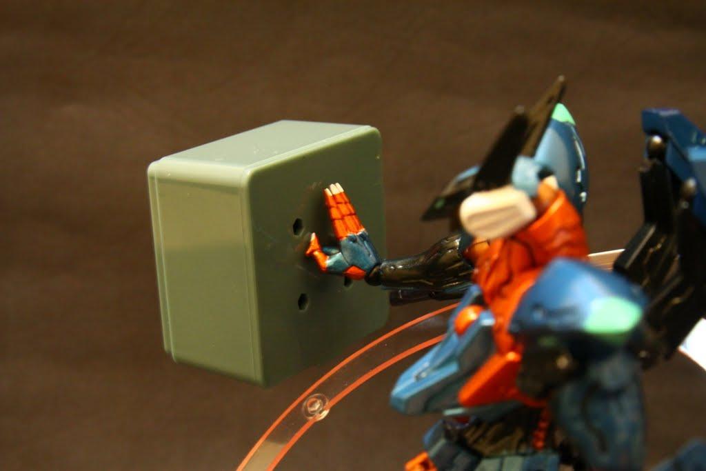 遊戲中有些小任務是需要抓取物件、機械人員到特地地點並且也是一種攻擊手段, 本款則是有附了一個有連接點的替換手首