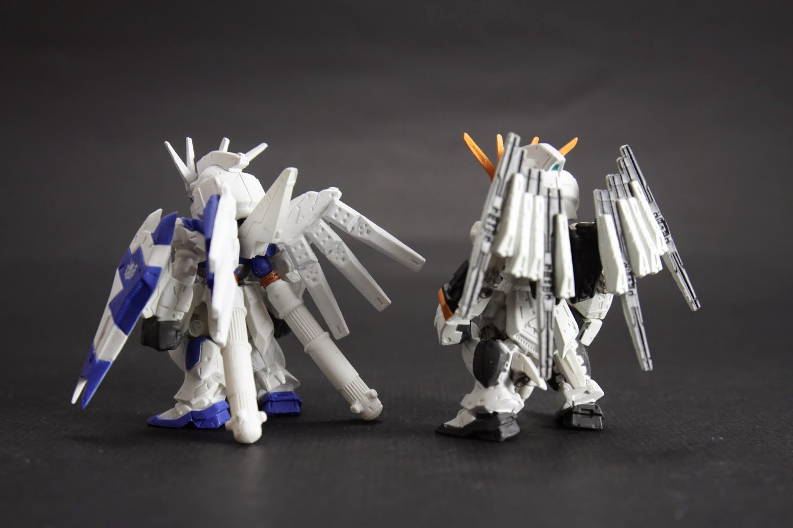 Hi-Nu可惜的是背後的平衡翼是MG新設定 但就Fin-Funnel來說我還是比較喜歡Nu的