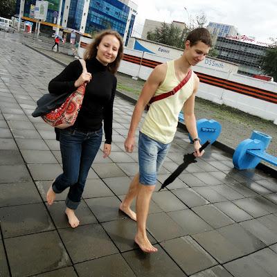 Она с удовольствием ходит босиком с босотуристом из Петербурга - везде.