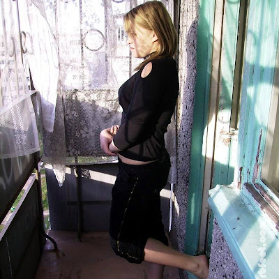 А между тем ее подруга Наташа делала ежедневную зарядку на балконе своей квартиры. Босиком на бетонном полу - так Наташа закалялась всю весну, начав с марта!