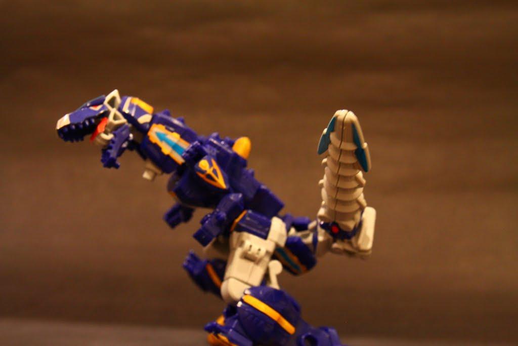 豪獸暴龍的另一種攻擊手段 就是尾巴這一隻大鑽頭了 因為是豪獸神的右手部分 所以可動性很不錯 稍微喬個角度就可以重現原作尾巴亂甩的感覺了