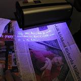 ... kde byl nakonec po prozkoumání UV lampou na jednom z důkazů objeven tajný vzkaz.