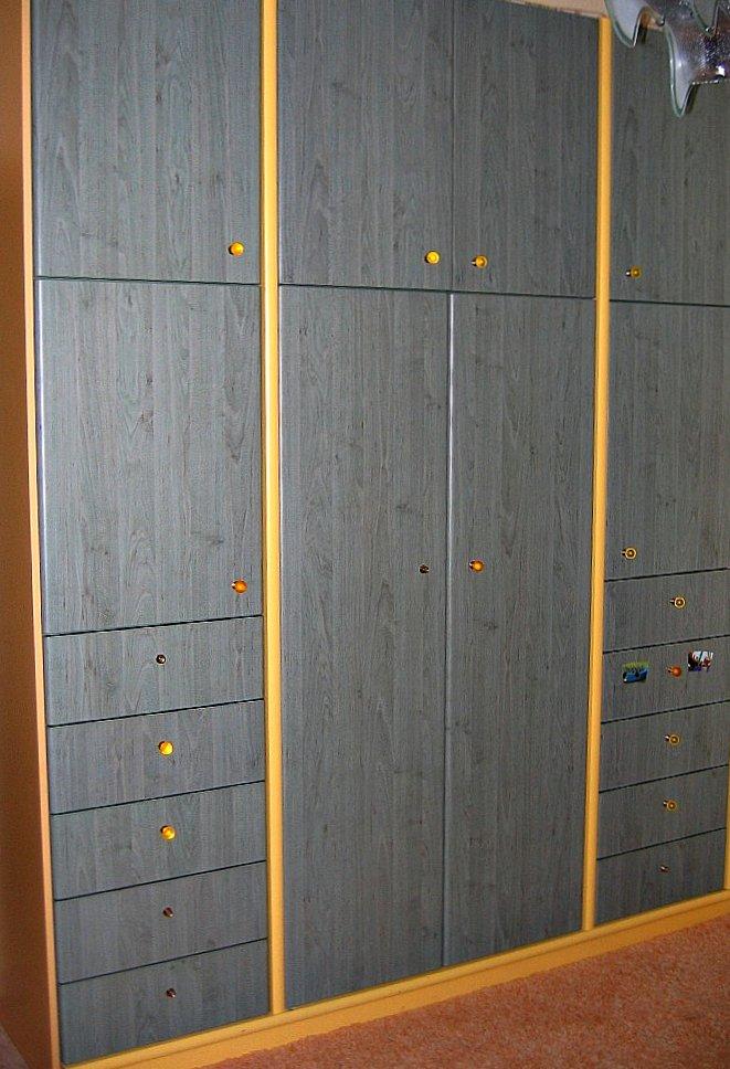 (Κωδ 4009) Ντουλάπα με πόρτες  βακελίτη shelman και λάκα σε παιδικό δωμάτιο.