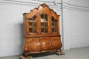 Красивая витрина выпуклой формы. 19-й век.