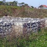 A falak felépítésére szolgáló mészköveket valószínűleg a folyó túlsó partján, Süttőn termelték ki