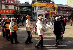 Ili sviraju i plesu (posebno Naksi etnicka grupa)