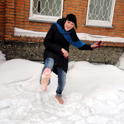 На снегу активист ННСКП, Алена Мельникова.