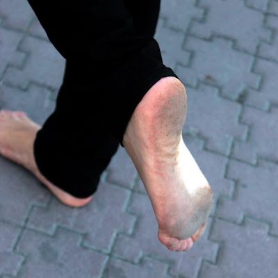 Пусть эти ножки грязные, но им так легко босиком!