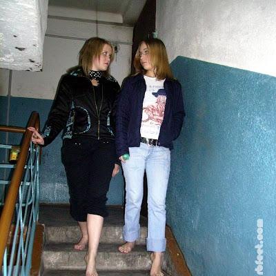 Катя сама предложила не пользоваться лифтом, а спуститься пешком. они шли по ступенькам, и ощущали, как их голые подошвы собирают на себя первую грязь и пыль этого места...