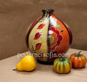Артистина ваза от рисувана керамика, подходяща за подарък