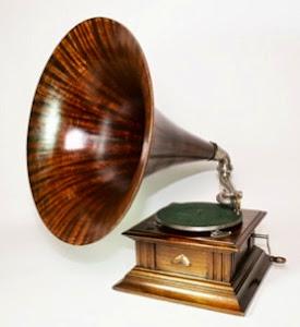 Красивый граммофон с деревянной трубой. ок. 1910 г. 4000 евро