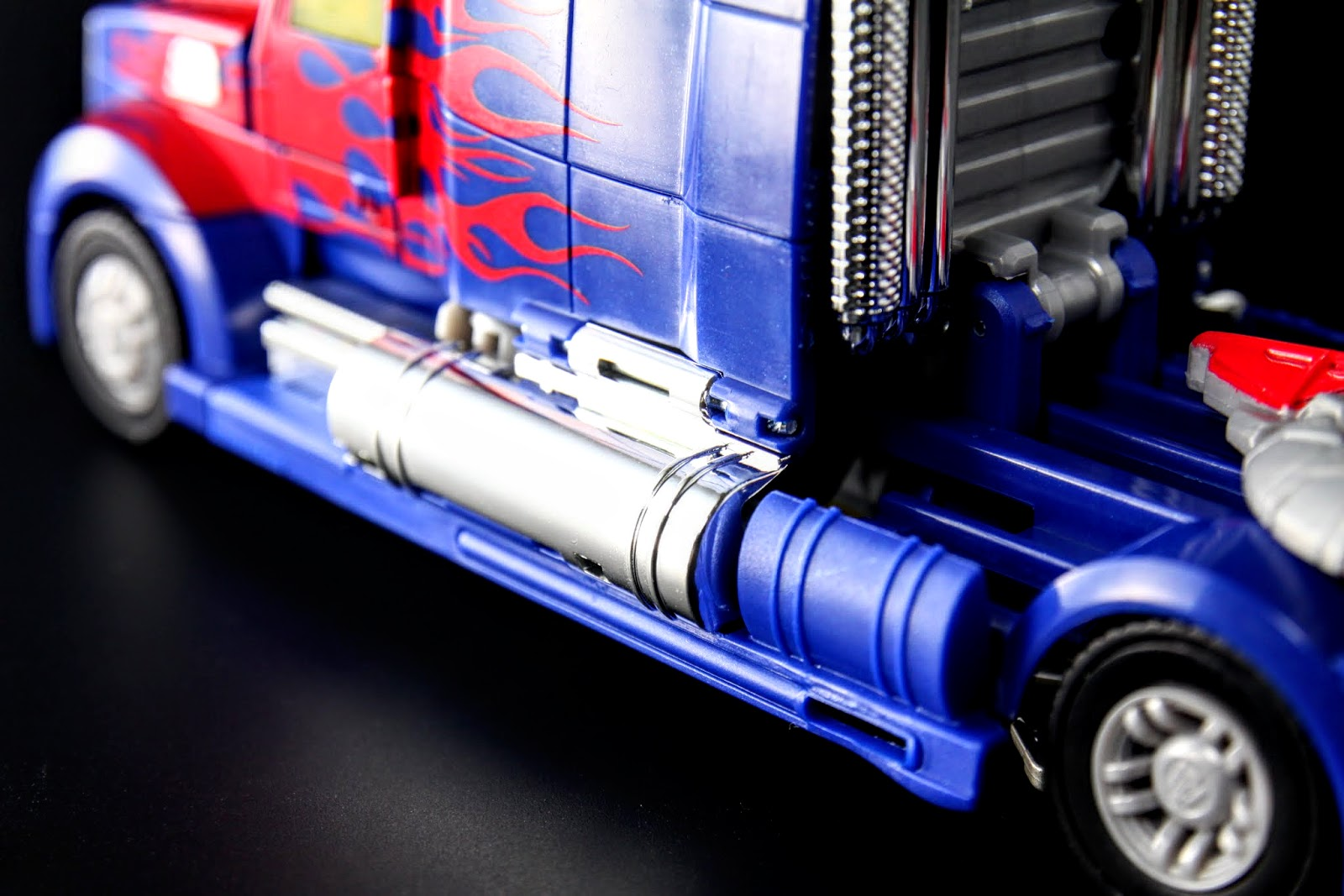 電鍍的油箱,亮到反光,已瞎