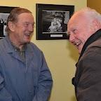 Michel Bühler et une connaissance, qui rigole après que celui-ci ait reconnu Michel en écolier sur la photo en NB au centre de l'image.