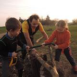 Zpracovávání dřeva na oheň. (Chceme teplo a jídlo.)