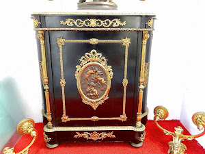 Антикварный комод с бронзовым медальоном. 19-й век. Мраморная крышка, чёрный лак, резная позолоченная бронза. Бронзовый медальон с подписью мастера. 5500 евро.