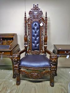 Большое кресло-трон. 20-й век. Высота 170 см. 1500 евро.