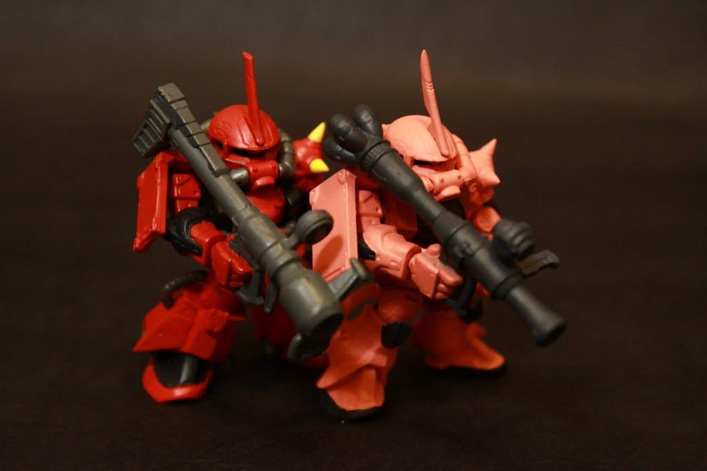 顏色可以看到差蠻多的 夏亞用的紅色是偏粉的(可能因為他是羅莉控??) 火箭炮用的也不同 機體性能也有差距就是