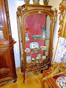 Очень красивая витрина с резным позолоченным декором. 19-й век. Одна дверка, резной золочёный декор. 85/43/175 см. 5950 евро.