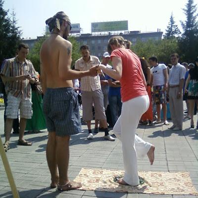 """Партнеры из йога-клуба """"Гармония жизни"""" каждый год располагаются рядом с нами и с удовольствием ходят по стеклам."""