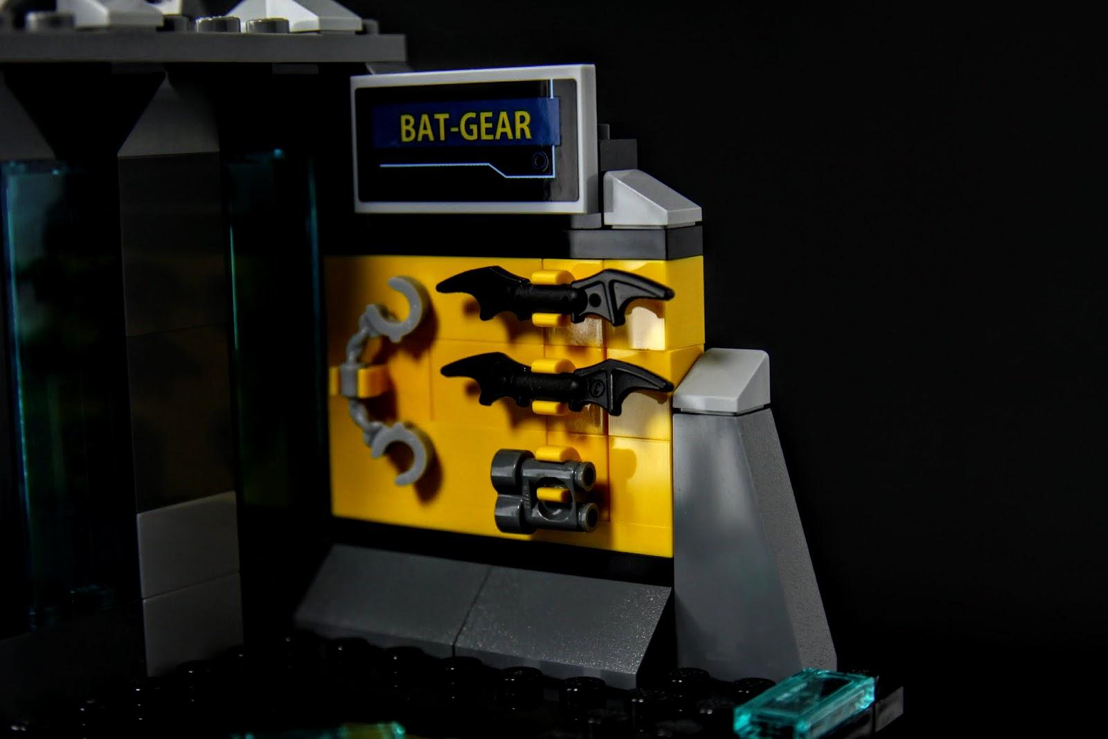武器庫小小的畢竟只是個市售套件,蝙蝠標兩個、望遠鏡一個、手銬一個
