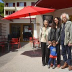 Muriel Jaquerod, la réalisatrice du documentaire ENGEL, accompagnée de sa fille Héloïse et entourée de sa mère Françoise et de son père Edmond Engel