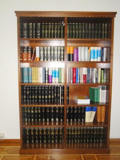 (Κωδ: 1006) Βιβλιοθήκη από καρυδιά,σε κλασικό ύφος.