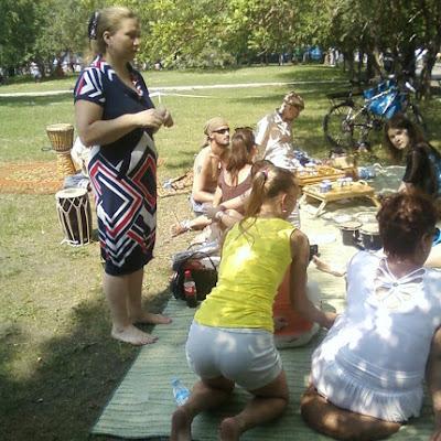 """Традиционное чаепитие от ТМ """"Полнолуние"""". На зеленом газоне за палаткой, также обозначенного, как """"территория босоногих"""", разуваются все!"""