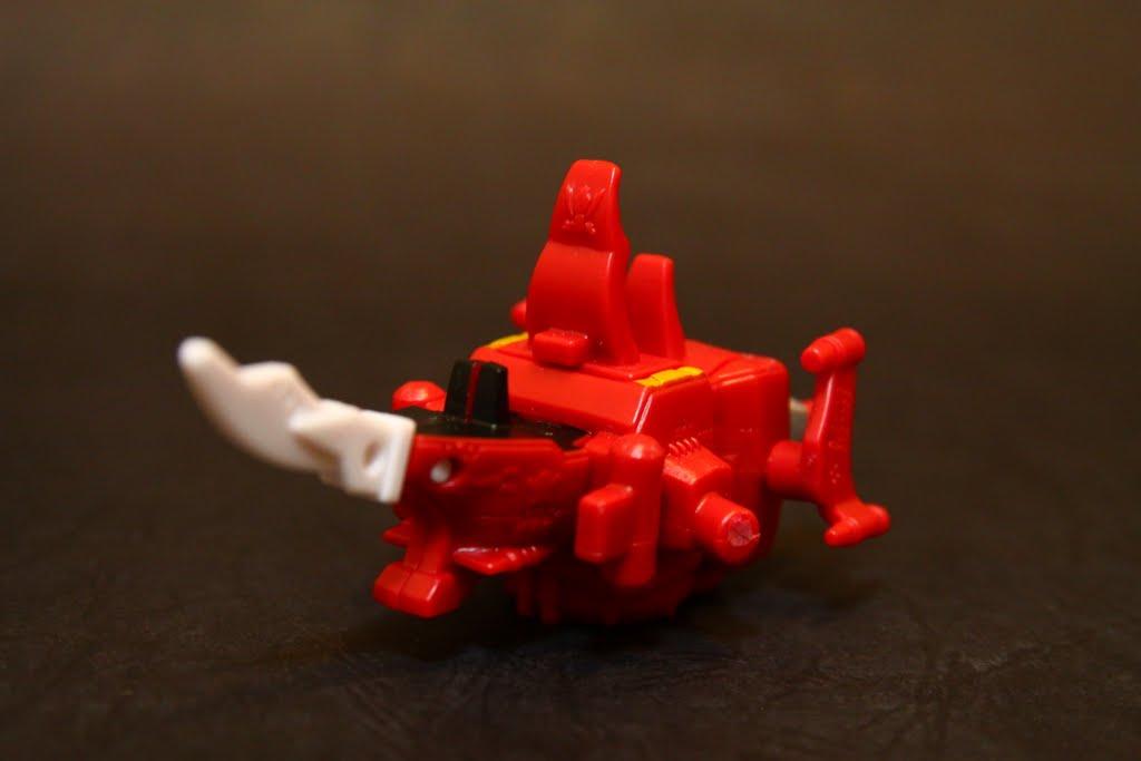 """豪快海盜船: 為合體機器人""""豪快王""""的最主要本體 也是平時海賊戰隊們居住的地方 其他部分的豪快機組也是收納在本船艦裡 因為只是轉蛋 所以上色其實沒有很多 但小細節也都有做出來 唯一大概就是帆太小了~"""