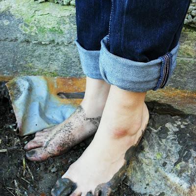 """Рита добросовестно пачкала ноги в прибрежной глине, забыв обо всех """"прелестях"""" этого места..."""